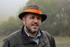 Κυνηγός που μιλά και που χαμογελά Στοκ εικόνα με δικαίωμα ελεύθερης χρήσης