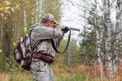 Κυνηγός που παίρνει το στόχο από ένα πυροβόλο όπλο κυνηγιού στοκ εικόνα