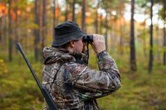 Κυνηγός που παρατηρεί το δάσος με τις διόπτρες στοκ φωτογραφίες με δικαίωμα ελεύθερης χρήσης