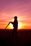 Κυνηγός που σκιαγραφείται στο ηλιοβασίλεμα Στοκ Φωτογραφίες