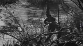 Κυνηγός που τρέχει μέσω του δάσους απόθεμα βίντεο