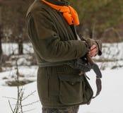 Κυνηγός στο κυνήγι χειμερινών δασικό φασιανών στο τέλος της εποχής κυνηγιού Ένα άτομο κρατά ένα πυροβόλο όπλο στα χέρια του στοκ φωτογραφίες
