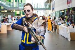 Κυνηγός υπόγειων θαλάμων από τη ραδιενεργό τέφρα cosplay Στοκ Εικόνες
