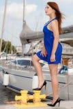 Κυρίαρχη φεμινιστική γυναίκα που φορά τα υψηλά τακούνια στη μαρίνα Στοκ Εικόνες