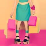 Κυρία αιφνιδιαστικής μόδας σε ένα πορφυρό ύφος χρώματος Στοκ Φωτογραφίες