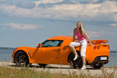 κυρία αυτοκινήτων που θέτει πλησίον τις νεολαίες Στοκ φωτογραφία με δικαίωμα ελεύθερης χρήσης
