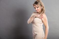 Κυρία γοητείας με το μπεζ φόρεμα Στοκ φωτογραφία με δικαίωμα ελεύθερης χρήσης