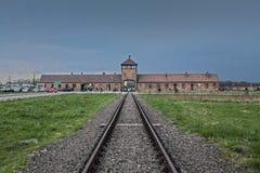 Κυρία είσοδος στο στρατόπεδο συγκέντρωσης Οδοντωτός - καλώδιο γύρω από ένα στρατόπεδο συγκέντρωσης Στοκ εικόνα με δικαίωμα ελεύθερης χρήσης
