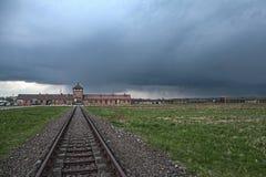 Κυρία είσοδος στο στρατόπεδο συγκέντρωσης Οδοντωτός - καλώδιο γύρω από ένα στρατόπεδο συγκέντρωσης Στοκ φωτογραφία με δικαίωμα ελεύθερης χρήσης