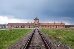 Κυρία είσοδος στο στρατόπεδο συγκέντρωσης Οδοντωτός - καλώδιο γύρω από ένα στρατόπεδο συγκέντρωσης Στοκ Εικόνες