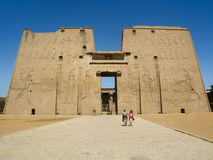 Κυρία είσοδος του ναού Edfu στην Αίγυπτο Στοκ φωτογραφία με δικαίωμα ελεύθερης χρήσης