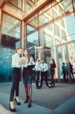 κυρία 37 επιχειρήσεων Προσωπικό γραφείου Δύο νέα κορίτσια με την ηλεκτρονική ετικέττα Στοκ Φωτογραφίες