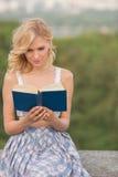 Κυρία με ένα βιβλίο υπαίθρια Στοκ Εικόνες