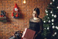 Κυρία με ένα παρόν στοκ φωτογραφία με δικαίωμα ελεύθερης χρήσης