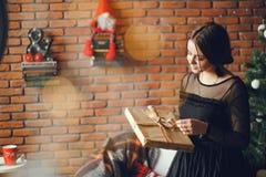 Κυρία με ένα παρόν στοκ εικόνα
