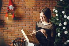 Κυρία με ένα παρόν στοκ φωτογραφία