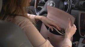 Κυρία με μεγάλο ενόχλησης στο πορτοφόλι της που προσπαθεί να βρεί τα κλειδιά αυτοκινήτων απόθεμα βίντεο
