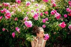Κυρία με τα τριαντάφυλλα Στοκ εικόνες με δικαίωμα ελεύθερης χρήσης