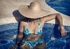 Κυρία με το καπέλο αχύρου και Bikini στη λίμνη Στοκ Φωτογραφίες
