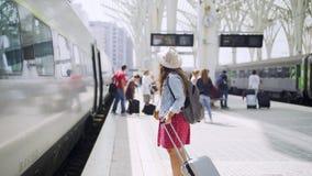 Κυρία με το smartphone στο κοντινό τραίνο αποσκευών απόθεμα βίντεο