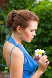 Κυρία με camomile Στοκ φωτογραφία με δικαίωμα ελεύθερης χρήσης
