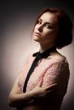 Κυρία μόδας στη σκοτεινή ανασκόπηση Στοκ Φωτογραφίες