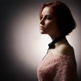 Κυρία μόδας στη σκοτεινή ανασκόπηση Στοκ Εικόνες