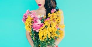 Κυρία μόδας άνοιξη με την ανθοδέσμη των όμορφων λουλουδιών Στοκ εικόνα με δικαίωμα ελεύθερης χρήσης
