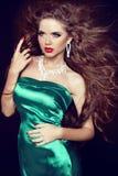 Κυρία μόδας με τα διαμάντια. Όμορφη κομψή γυναίκα με το μακρύ BL Στοκ Εικόνα