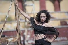 Κυρία μόδας με τις σγουρές τρίχες Στοκ φωτογραφία με δικαίωμα ελεύθερης χρήσης