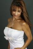 Κυρία μόδας που φορά ένα άσπρο φόρεμα Στοκ Φωτογραφία