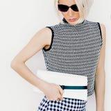 Κυρία μόδας στα μοντέρνα ενδύματα και τα εξαρτήματα μόδας Στοκ Φωτογραφία