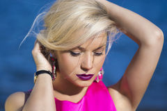 Κυρία μόδας στο ρόδινο φόρεμα Στοκ Εικόνες