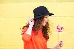 Κυρία μόδας Hipster στο υπόβαθρο χρώματος Στοκ Φωτογραφία