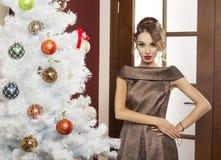 Κυρία ομορφιάς στο φόρεμα Χριστουγέννων κομμάτων Στοκ Φωτογραφία