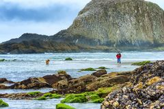 Κυρία που αλιεύει την κυματωγή Στοκ φωτογραφία με δικαίωμα ελεύθερης χρήσης