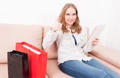 Κυρία που βάζει στην ταμπλέτα εκμετάλλευσης chouch που παρουσιάζει όπως Στοκ εικόνες με δικαίωμα ελεύθερης χρήσης