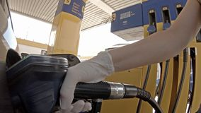 Κυρία που γεμίζει επάνω το αυτοκίνητό της με το diesel στο σταθμό φιλμ μικρού μήκους