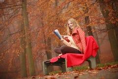 Κυρία που διαβάζει το μπλε βιβλίο Στοκ φωτογραφίες με δικαίωμα ελεύθερης χρήσης