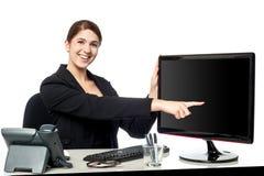 Κυρία που δείχνει κάτι στη οθόνη υπολογιστή Στοκ φωτογραφία με δικαίωμα ελεύθερης χρήσης