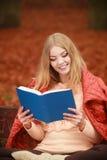 Κυρία που διαβάζει το μπλε βιβλίο Στοκ Φωτογραφίες