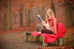 Κυρία που διαβάζει το μπλε βιβλίο Στοκ Φωτογραφία
