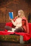 Κυρία που διαβάζει το μπλε βιβλίο Στοκ φωτογραφία με δικαίωμα ελεύθερης χρήσης