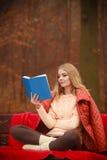 Κυρία που διαβάζει το μπλε βιβλίο Στοκ εικόνες με δικαίωμα ελεύθερης χρήσης