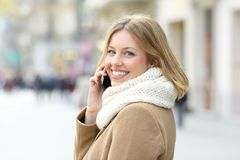 Κυρία που καλεί το κινητό τηλέφωνο και που εξετάζει σας το χειμώνα Στοκ φωτογραφίες με δικαίωμα ελεύθερης χρήσης