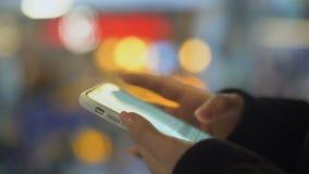 Κυρία που κουβεντιάζει στο smartphone με το φίλο, μήνυμα γραψίματος, σύνδεση στο Διαδίκτυο απόθεμα βίντεο