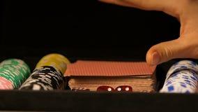 Κυρία που παρουσιάζει στον άσσο καμερών των καρδιών από την περίπτωση πόκερ, πιθανότητα για την τύχη, παιχνίδι απόθεμα βίντεο