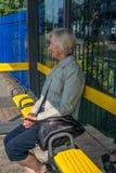 Κυρία που περιμένει στη στάση λεωφορείου Στοκ Φωτογραφία