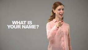 Κυρία που ρωτά ποιο είναι το όνομά σας στο asl, κείμενο στο υπόβαθρο, επικοινωνία για κωφό απόθεμα βίντεο