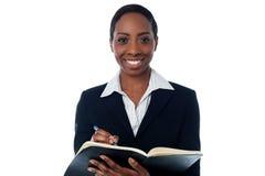 Κυρία που συντάσσει έναν κατάλογο διορισμών στοκ εικόνες με δικαίωμα ελεύθερης χρήσης